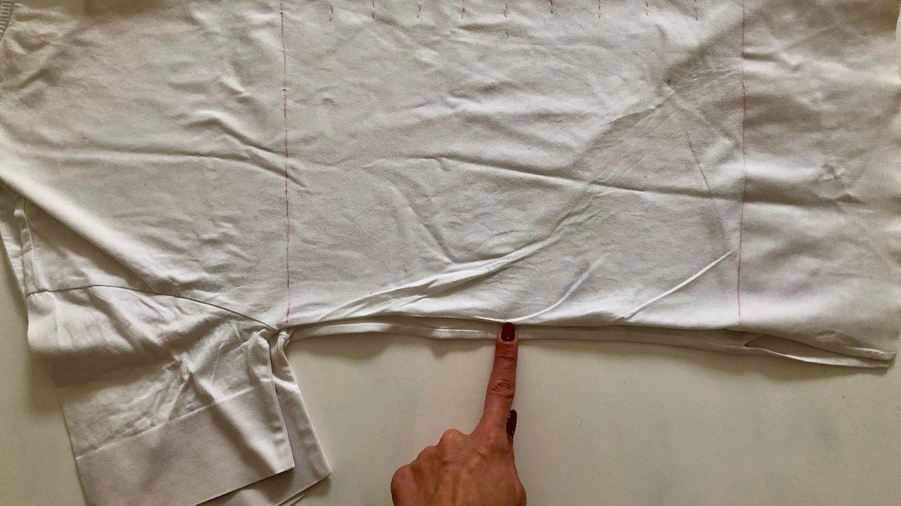 Lege die beiden Kanten des T-Shirts so aufeinander, dass ungefähr eine halbe Fingerkuppe Abstand ist. Unten ist der längere Teil, oben der kürzere. -Fotocredits: Lisa Radda