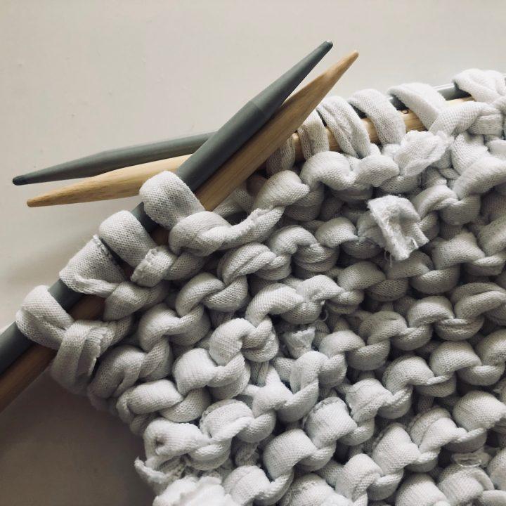 Da ich keine 10er- Stricknadeln besitze, habe ich einfach mit zwei Nadeln gestrickt. -Fotocredits: Lisa Radda