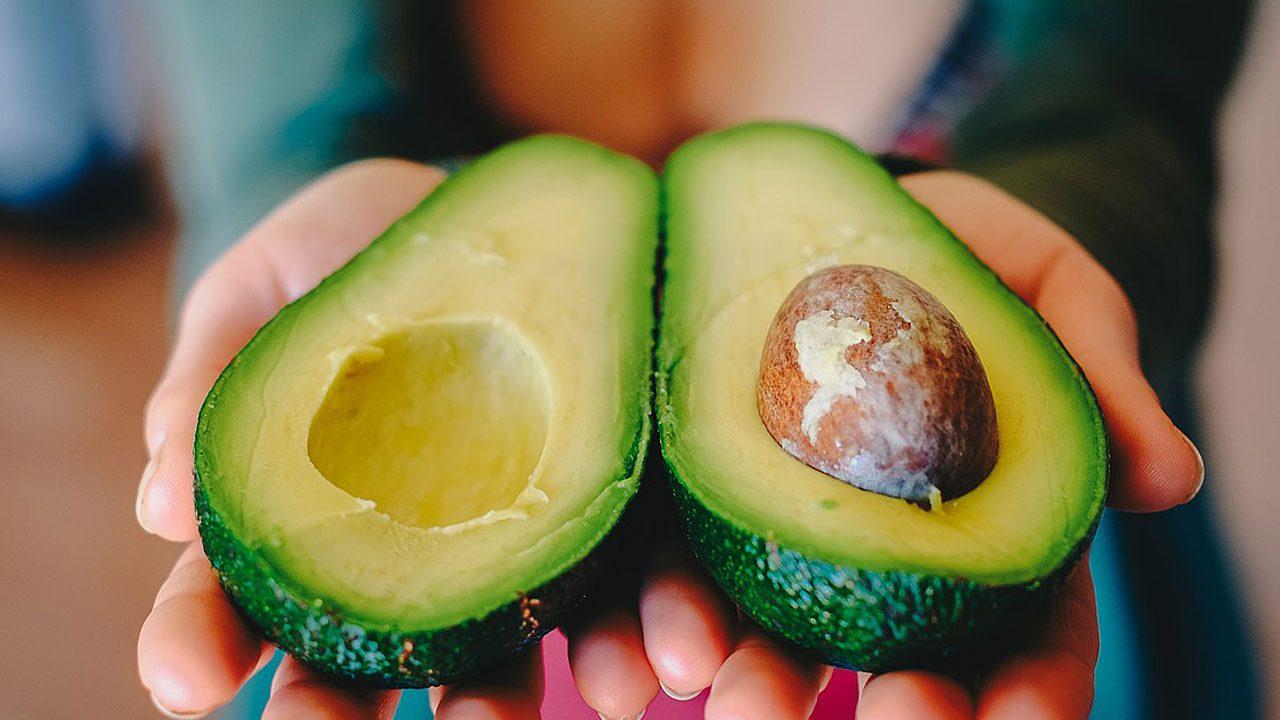 3. Mit einer Avocado-Gesichtsmaske bekommt deine Haut Feuchtigkeit. Fotocredit: Pixabay/coyot