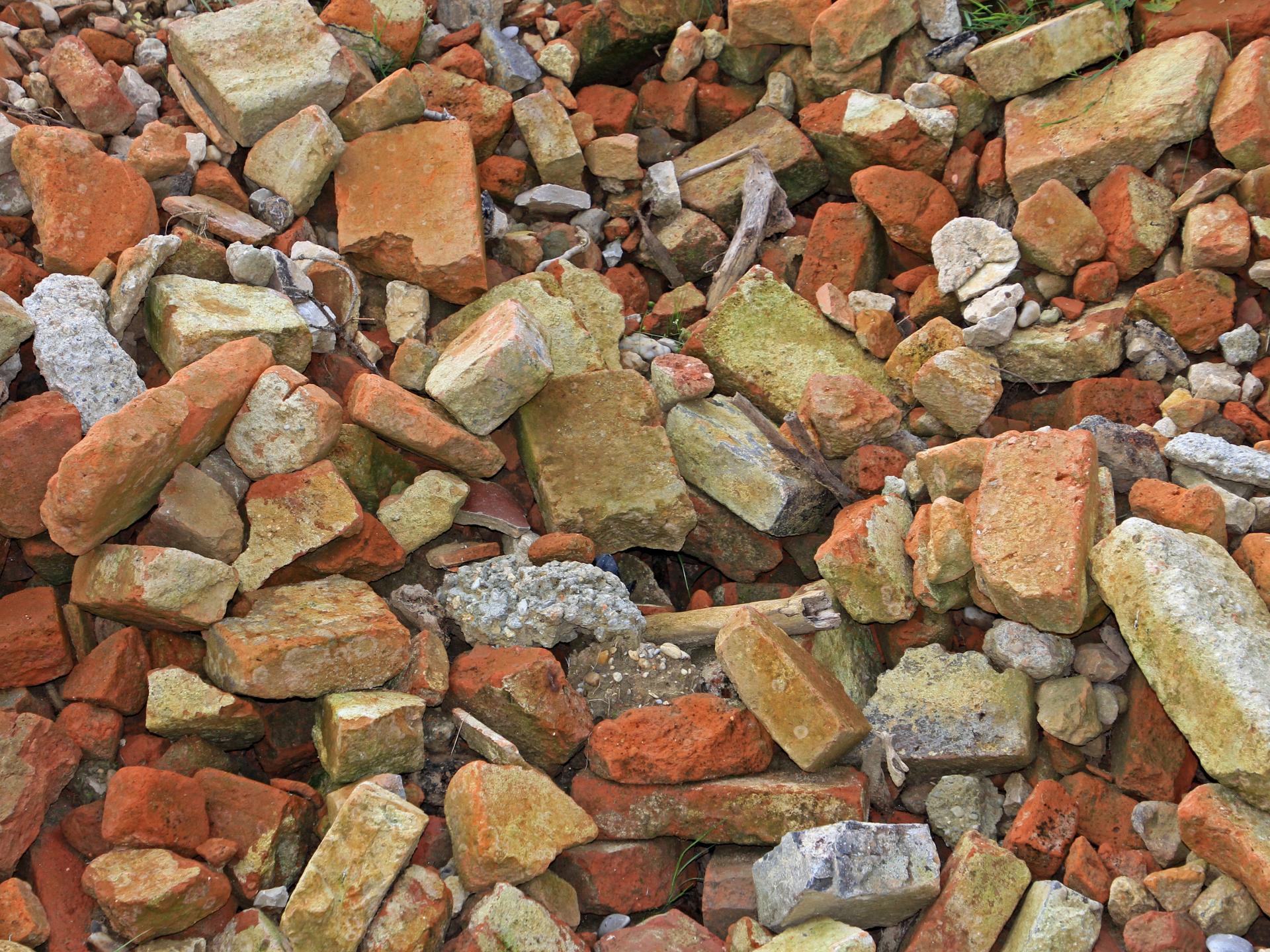 Auch Ziegel aus Abbruchhäusern können noch sehr nützlich sein. Sie können im Garten als Hochbeet-Begrenzung oder für einen Weg verwendet werden. - Photocredit: pixabay.com/GeorgSchober