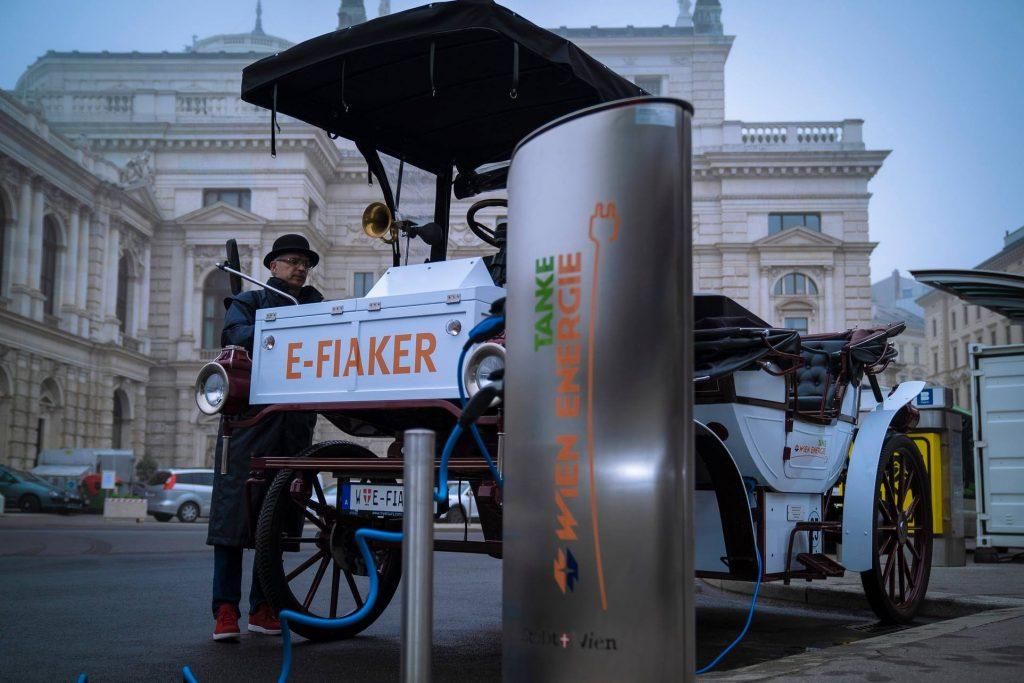 Der E-Fiaker kann ganz einfach, wie andere E-Fahrzeuge über die Ladestelle aufgeladen werden. Fotocredit: Wien Energie/Horak