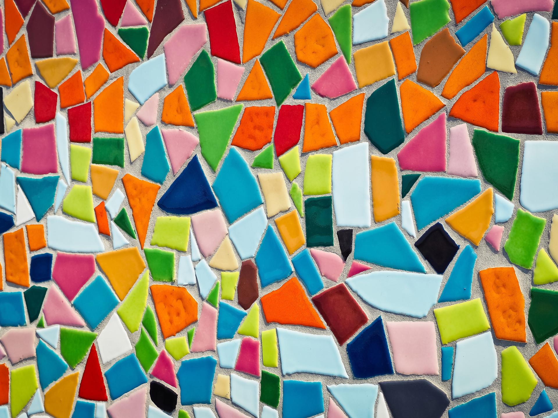 Unterschiedliche zerbrochene Fliesen können zu einem spannenden Mosaik kreativ zusammengesetzt werden. - Photocredit: pixabay.com/MichaelGaida