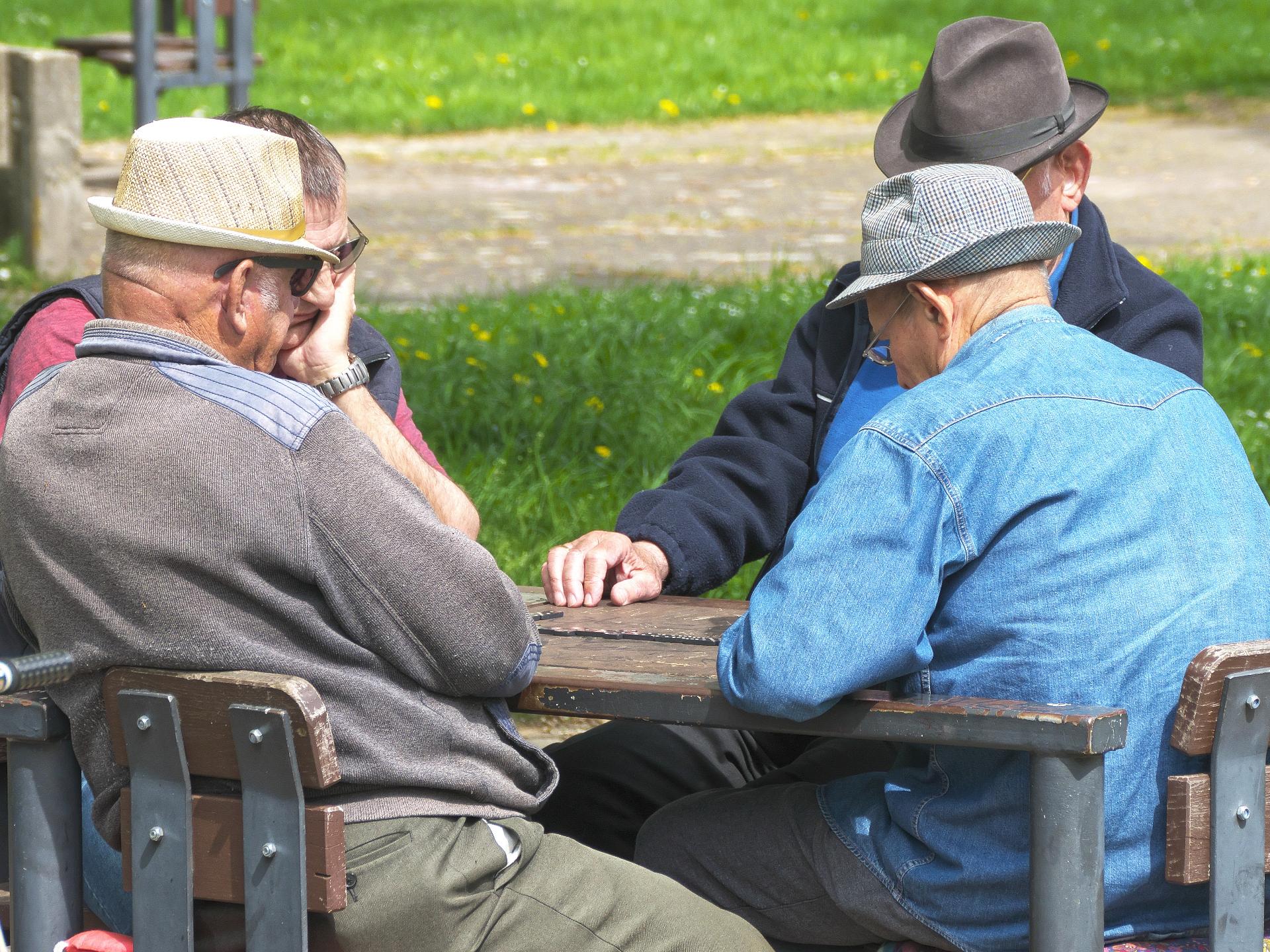 Speziell im Alter ist es hilfreich, sich mit anderen zusammen zu tun - egal ob Gleichaltrige oder nicht - um den Anschluss nicht zu verlieren. - Photocredit: pixabay.com/anaterate