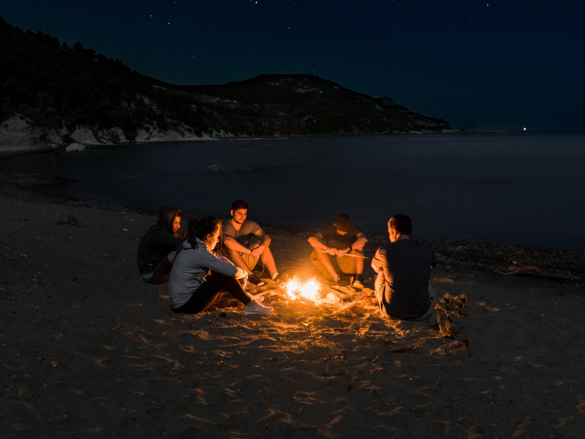 Auch heute sitzen wir gerne als Gruppe ums Feuer. - Photocredit: unsplash.com/Tanner Larson