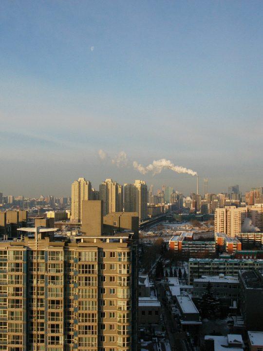Klarer Himmel über Peking – Grüne Mauer gegen Sandstürme in der chinesischen Hauptstadt. – © PublicDomainPictures / Pixabay