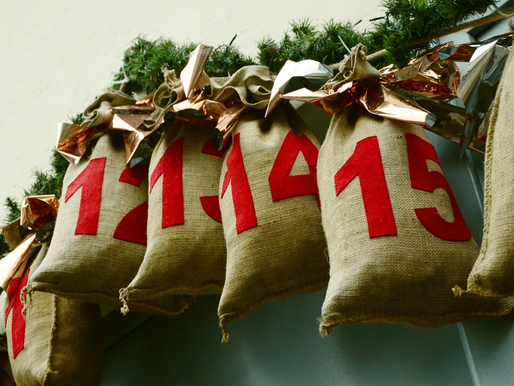 Adventkalender können ganz einfach selbst gemacht werden. -Fotocredits: congerdesign/pixabay