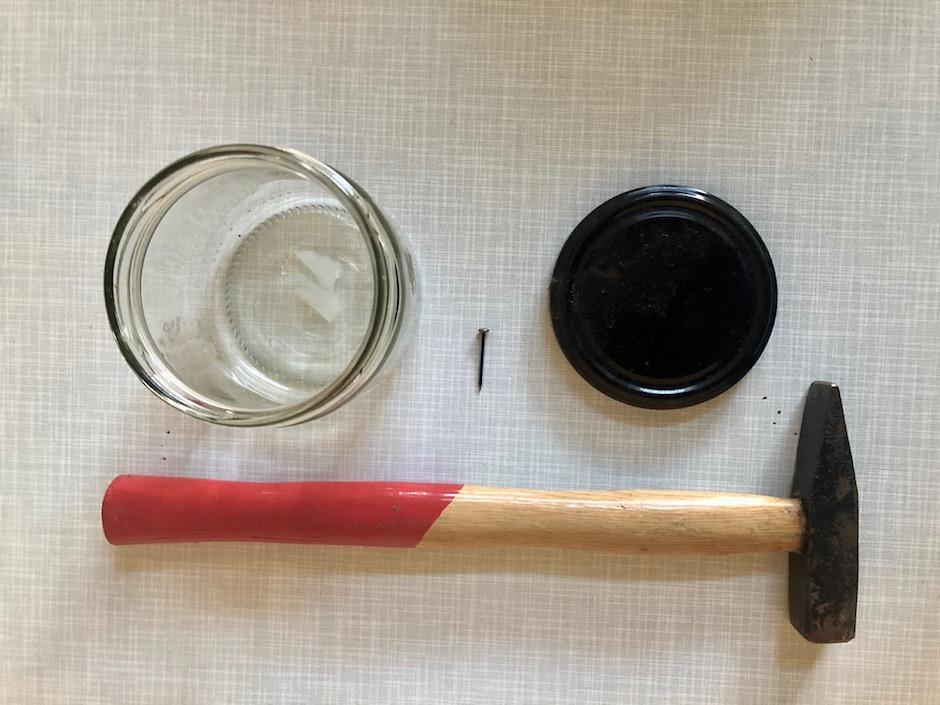Mit diesen einfachen Utensilien, die du vermutlich im Haushalt hast, kannst du dir dein Sprossenglas einfach selber machen. -Fotocredits: Lisa Radda