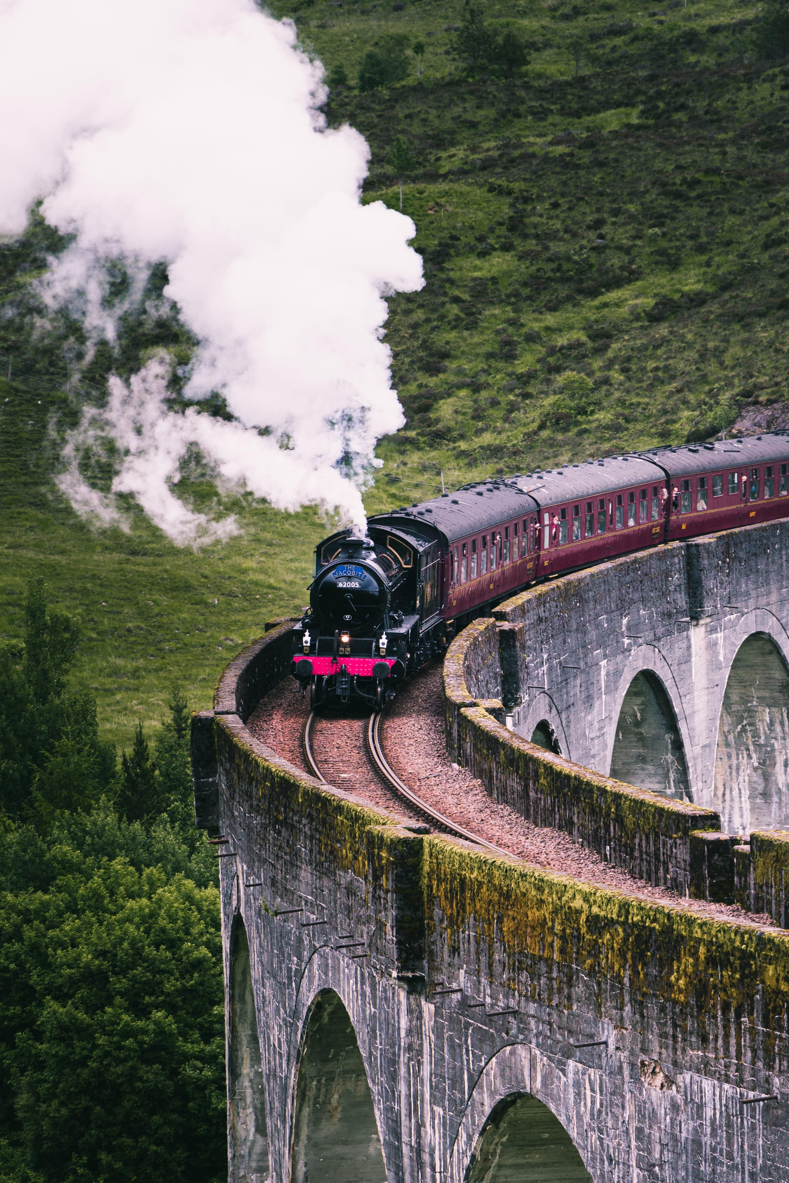 Bahnfahrten sind nicht nur besser für die Umwelt, sie können auch sehr meditativ sein. Außerdem seht ihr so allerhand von dem Land. -Fotocredits: Corry/Unsplash