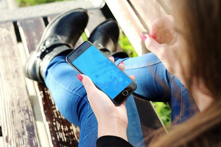 Handy immer mit dabei? Wie Digital Detox sich positiv auf deinen nächsten Urlaub auswirken kann – Foto: © Jan Vašek / Pixabay