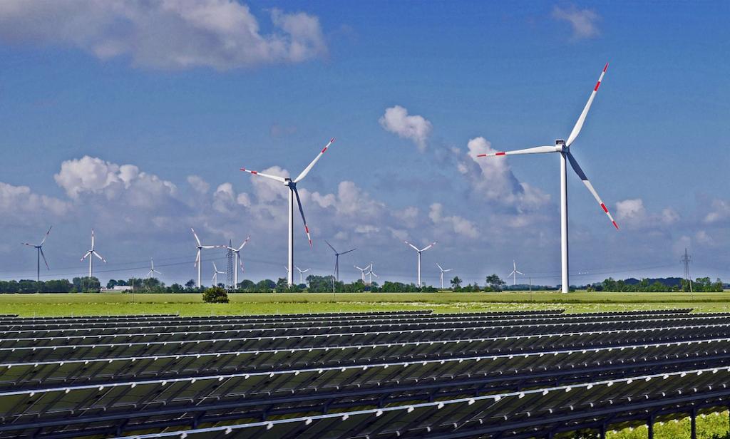 Zehn Windkraft- und elf Solarkraftwerke sollen im Fukushima bis 2024 fertig gestellt sein. / Foto: © Erich Westendarp / Pixabay (Symbolbild)
