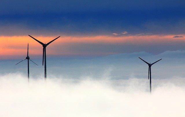 Der Lithium-Ionen-Akku speist sich auch durch Strom aus dem angrenzenden Windpark – Foto:©Oimheidi / Pixabay (Symbolfoto)