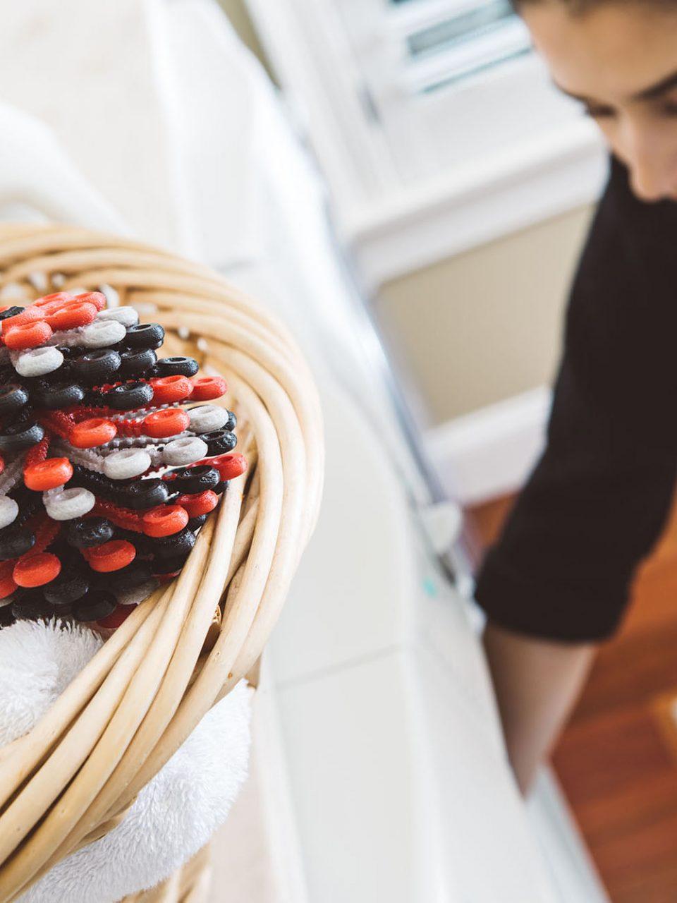 Der kleine Wäscheball soll mithelfen, Kunststofffasern nicht in den Abfluss gelangen zu lassen – Foto: © Cora Ball