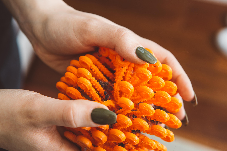Der Cora-Ball hilft dabei, Kunststofffasern aufzufangen. Foto: © Cora Ball