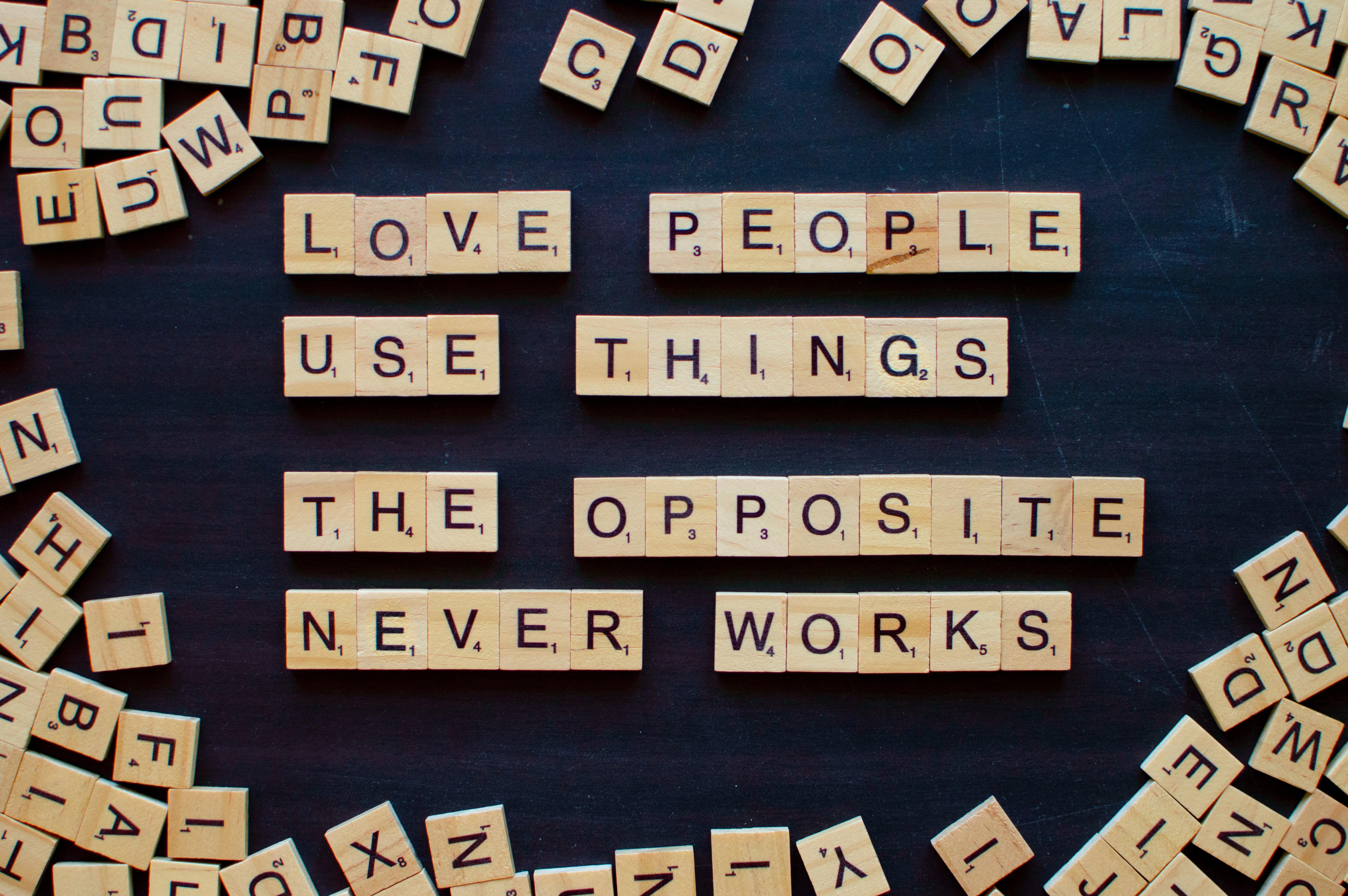 """""""Love people, use things. The opposite never works."""" - """"Liebe Menschen und verwende Dinge. Das Gegenteil funktioniert nicht."""" ist eines der bekanntesten Zitate von """"The Minimalists"""". -Fotocredits: Emile Perron/Unsplash"""