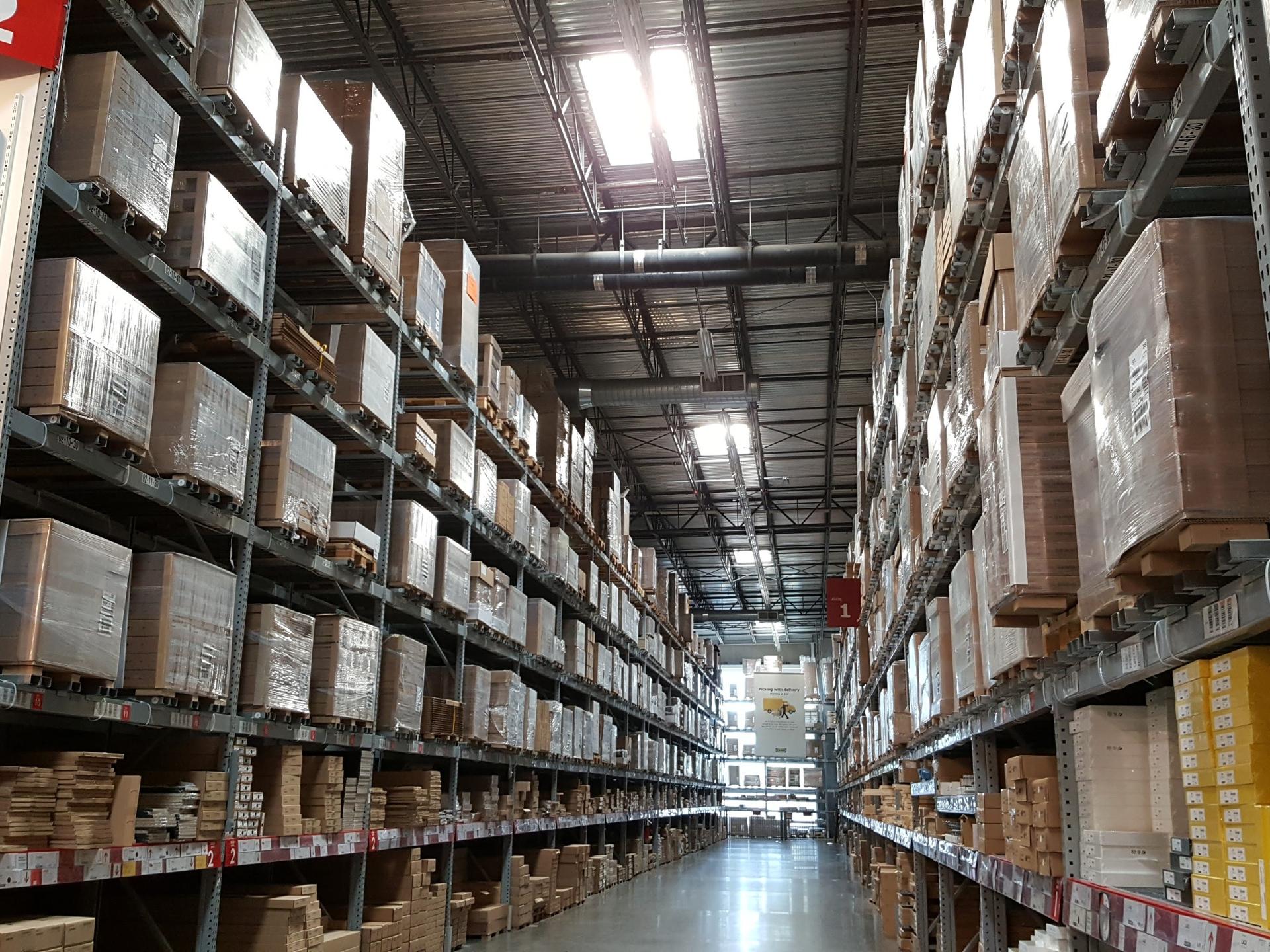 Lagerhallen sind ästhetisch meist nicht sehr ansprechend und meist nicht mit nachhaltigen Materialien gebaut, hätten aber viel Potential für Mehrfach- oder Umnutzung. - Photocredit: pixabay.com/icondigital