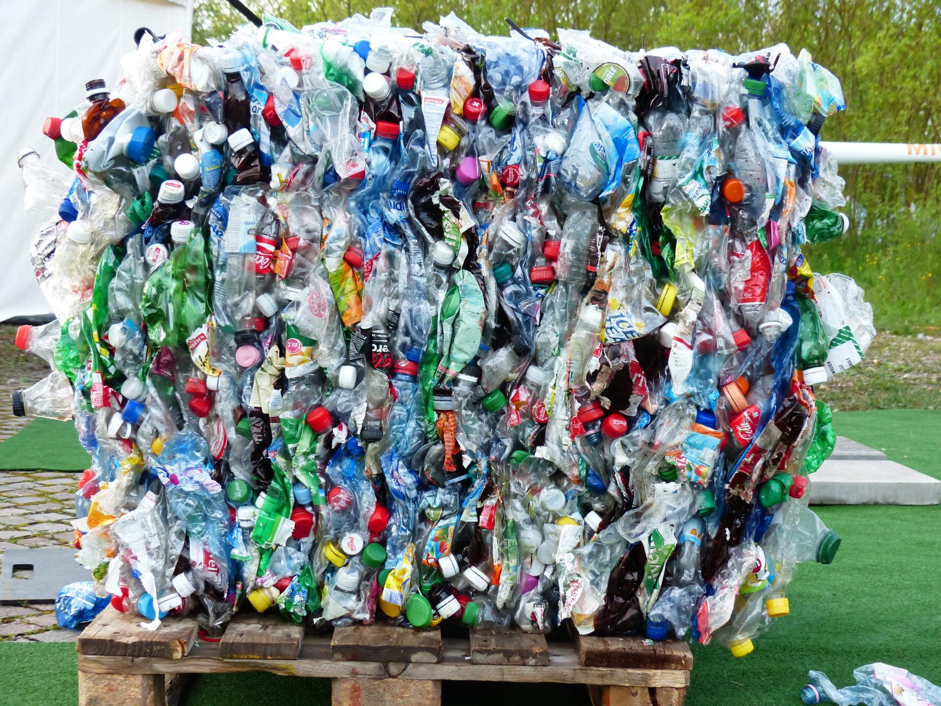 Wir produzieren und nutzen solche Unmengen an Plastikverpackung, dass wir uns die Dimensionen gar nicht mehr vorstellen können. - Photocredit: pixabay.com/Hans