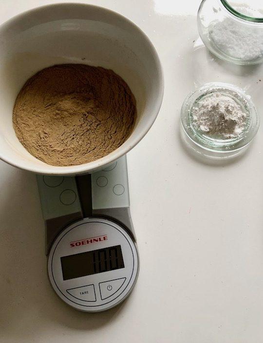 Alle trockenen Zutaten (Heilerde, Birkenzucker, Kalziumkarbonat und Salz) vermischen. -Fotocredits: Lisa Radda