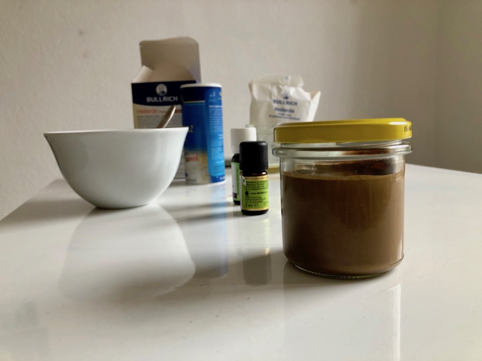 Am Ende noch Nelkenöl und Pfefferminzöl je nach Geschmack hinzugeben. In ein Schraubglas füllen und gut verschließen. -Fotocredits: Lisa Radda