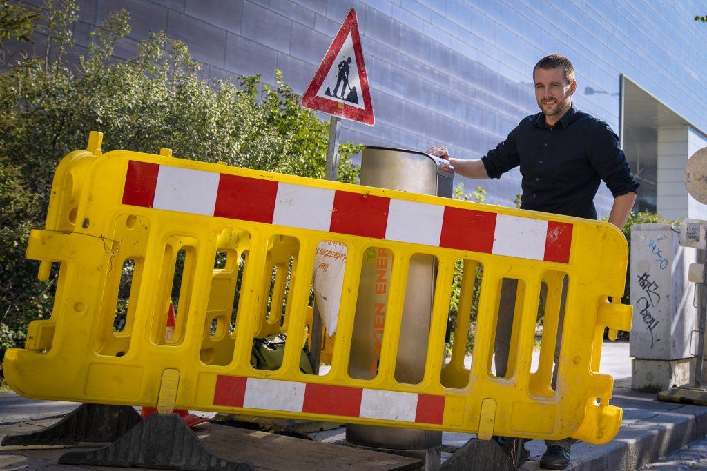 DI Paul Gredler-Oxenbauer ist mit dafür verantwortlich, dass das reibungslose Laden von E-Autos in Wien noch bequemer wird. Er kennt fast jede der 500 Ladestationen der Stadt. Foto: © Wien Energie