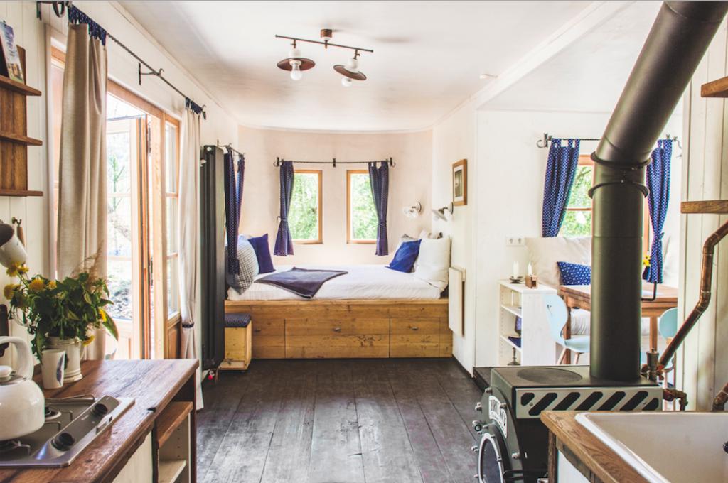 """Das Konzept des Innenraums eines Wohnwagons zeigt – Platz ist auch in einer kleinen """"Hütte"""" – Foto: © wohnwagon.at"""