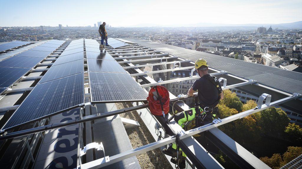 Spektakulären Montage der neuartigen Photovoltaikanlage auf 56 Metern Höhe. Fotos: © Wien Energie/Johannes Zinner