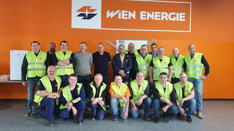 """Das Quarantäne Team beim Kraftwerk Simmering, zu dem auch der 55-jährige Schichtmeister Karl Ondracek (vorne, dritter von rechts) gehört, für den diese Aufgabe """"eine Selbstverständlichkeit"""" ist. Foto: © Wien Energie"""