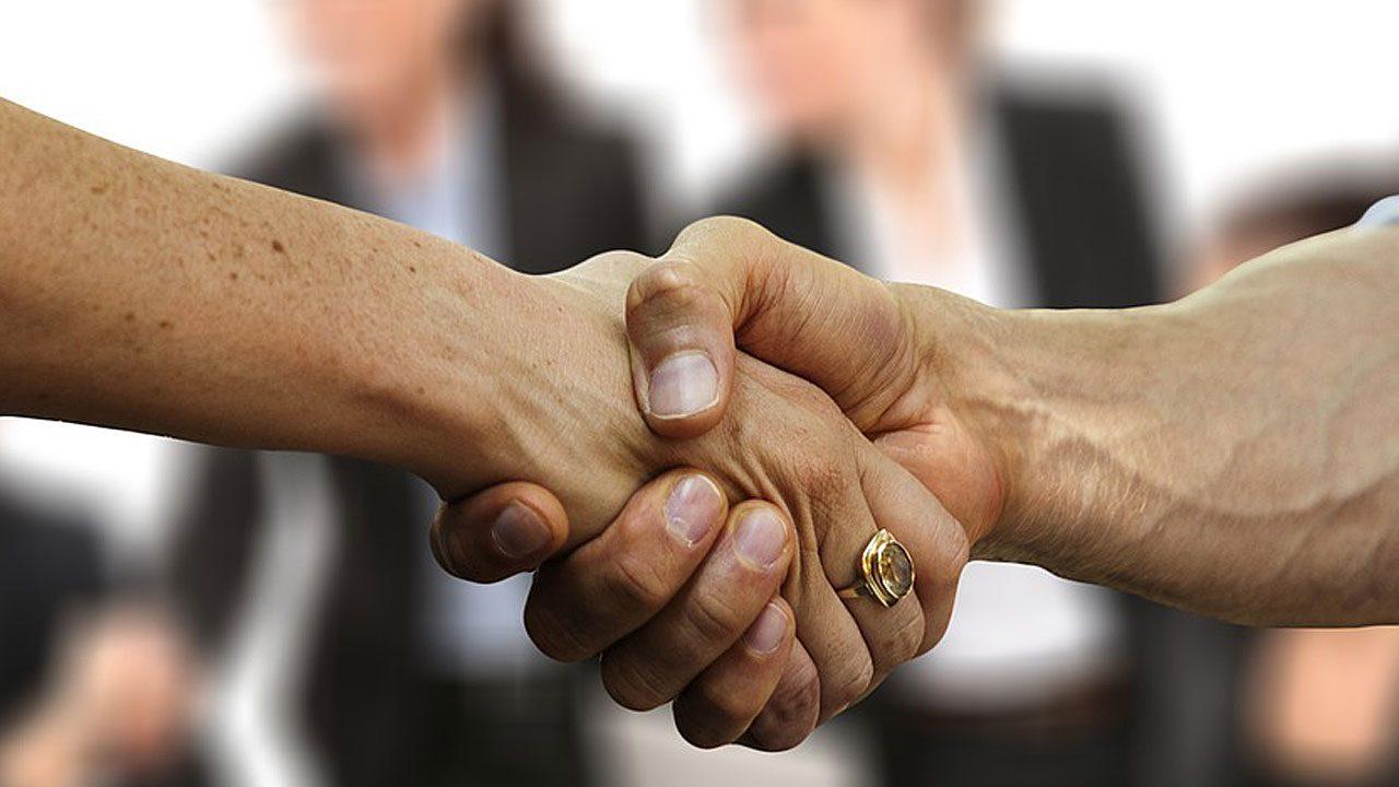 5. Verzichte auf Händeschütteln und auf Umarmungen zur Begrüßung. - Fotocredit: Pixabay/geralt