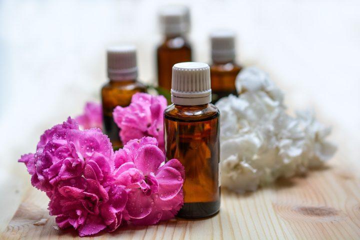 Um die Zeit zu Hause jetzt so gut wie möglich zu überstehen, können bestimmte ätherische Öle zur Raumbeduftung hilfreich sein. Fotocredit: © monicore / Pixabay