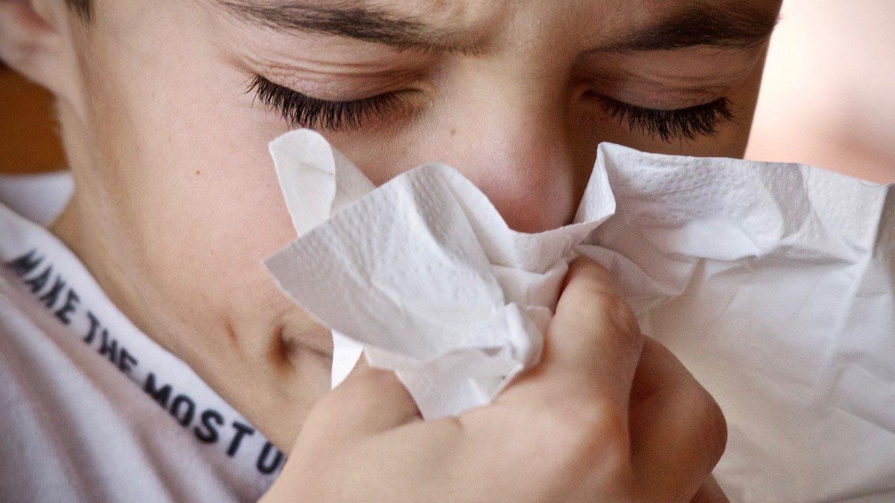 4. Huste und niese in deine Armbeuge oder in ein Taschentuch und wende dich dabei von anderen ab. - Fotocredit: Pixabay/sweetlouise