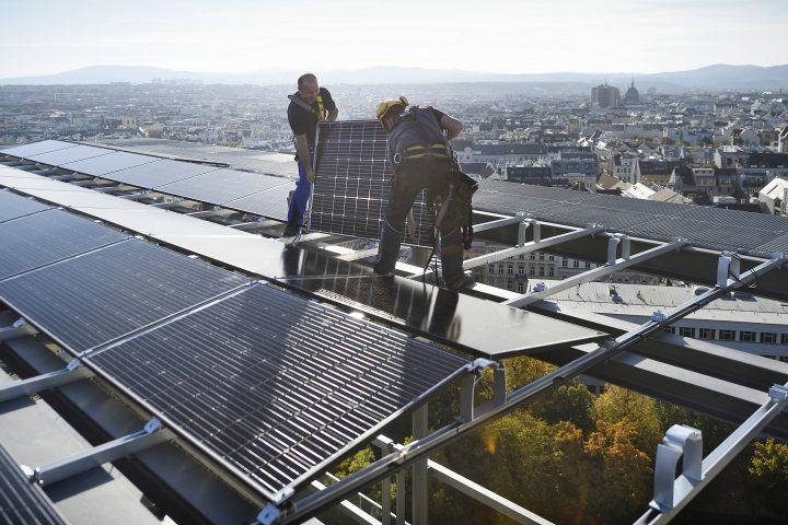 Über den Dächern Wiens – 2019 war ein Photovoltaik-Rekordjahr für Wien Energie. Der Trend soll auch 2020 weitergehen. Fotocredit: © Wien Energie/Johannes Zinner