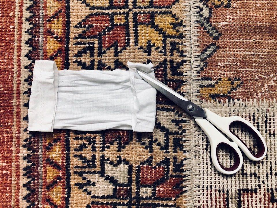 Nun könnt ihr mit der Schere auf beiden Seiten kleine Schlitze einschneiden. -Fotocredits: Lisa Radda