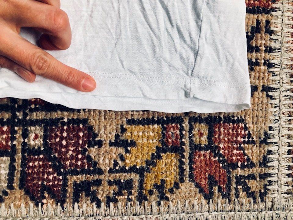 Nehmt nun noch einmal euer T-Shirt zur Hand und schneidet am unteren Ende des T-Shirts entlang - am besten unterhalb der Naht. -Fotocredits: Lisa Radda