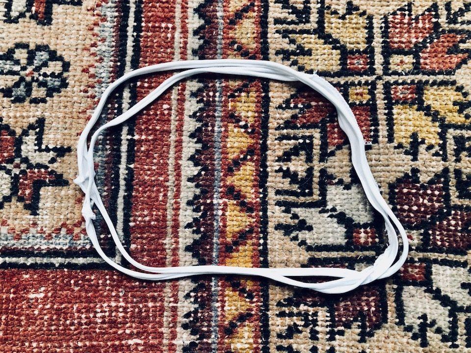 Dadurch bekommt ihr zwei Stoffringe. Dehnt diese leicht auseinander, in dem ihr ohne viel Kraftaufwand daran zieht. -Fotocredits: Lisa Radda