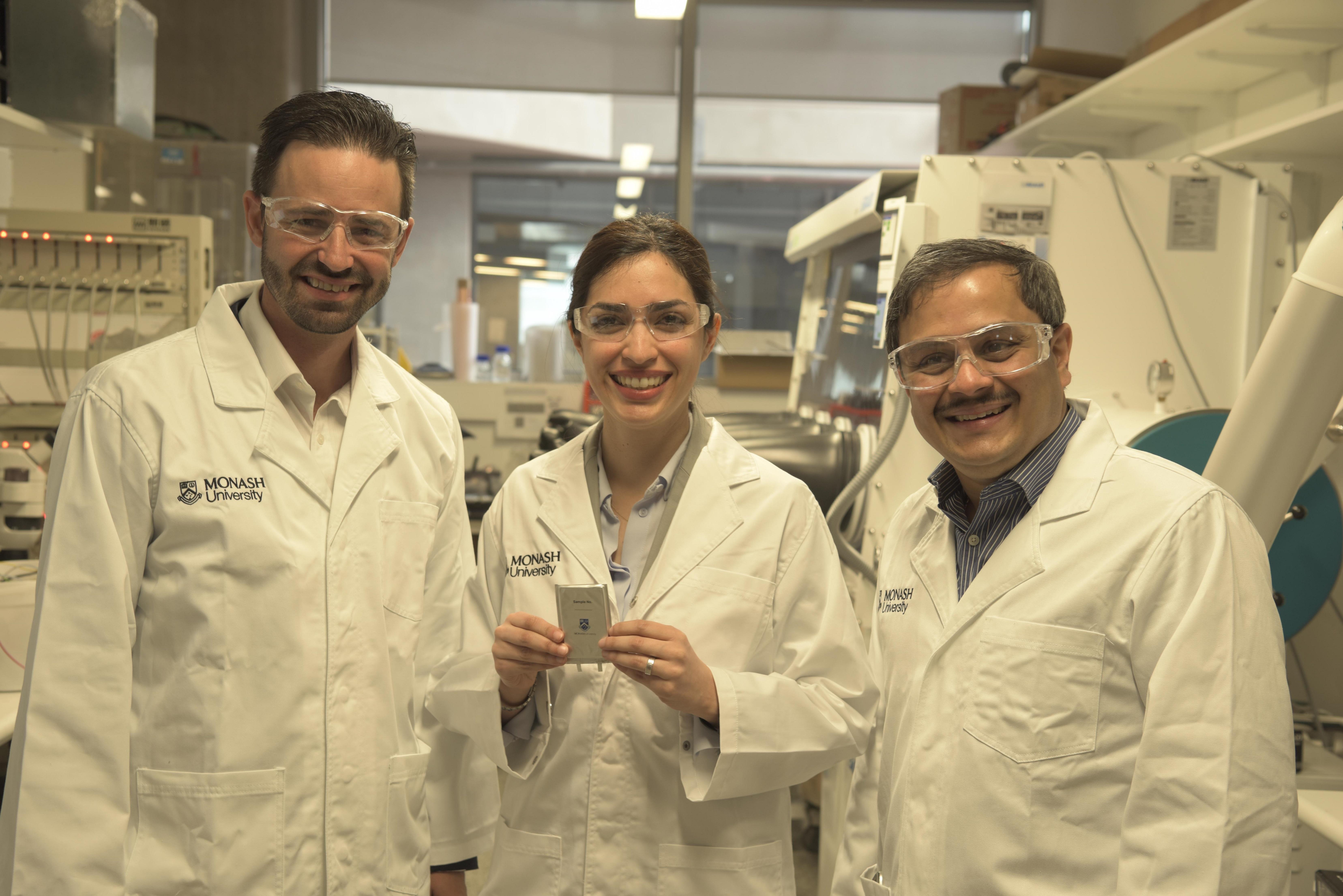 Professor Matthew Hill, Dr. Mahdokht Shaibani und Professor Mainak Majumder mit dem Prototyp. Fotocredit: © Monash University