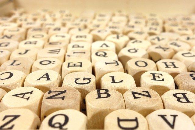 Buchstabenwürfel: Schrift zum Angreifen. Foto: © Michael Schwarzenberger / Pixabay