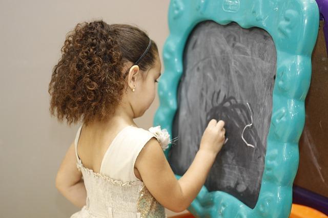 An der Tafel mit Kreide zu schreiben, macht vielen Kindern besonders Spaß. Foto: © Karynne Grabovski / Pixabay