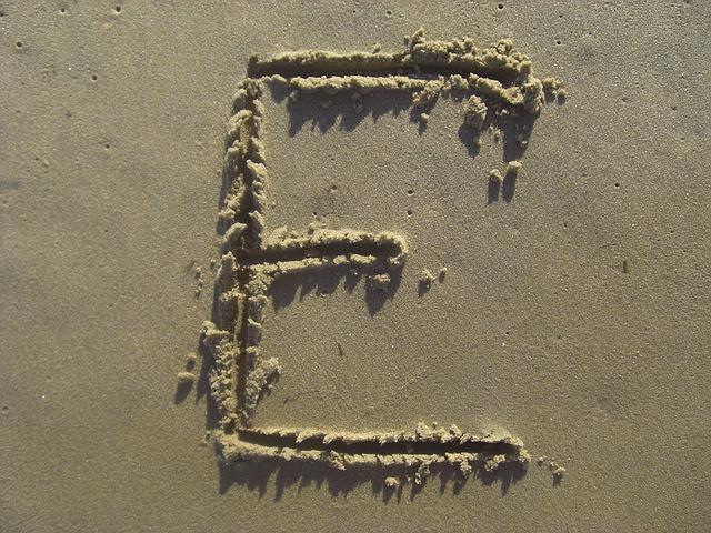 Statt Sand am Meer können auch in Bastelsand toll Buchstaben gezogen werden. Foto: © masonjk38 / Pixabay
