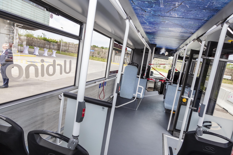 Manche Fahrgäste warteten mehrere Busse ab, um sich persönlich von der Ausstattung des Test-Busses zu überzeugen. Foto: © Manfred Helmer/Wiener Linien