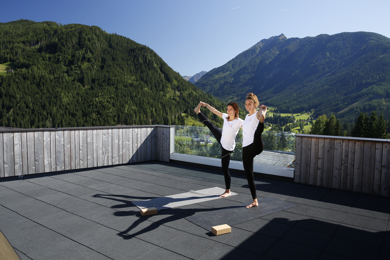 Yoga with a few? Auf atemberaubende Art und Weise macht es das Bio-Hotel Bergkristall möglich. Fotocredit: © Herbert Raffalt/Hotel Bergkristall