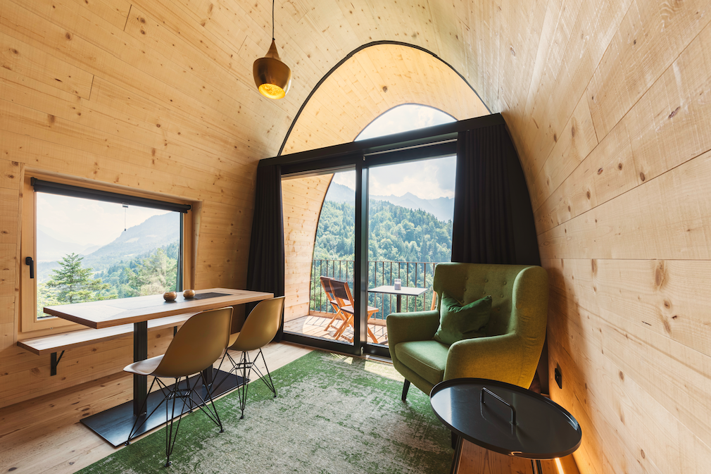 Panoramafenster und natürliches Material aus der Umgebung verleihen den Chalets einen unvergleichlich erholsamen Charme. Foto: © Alpencamping Nenzing
