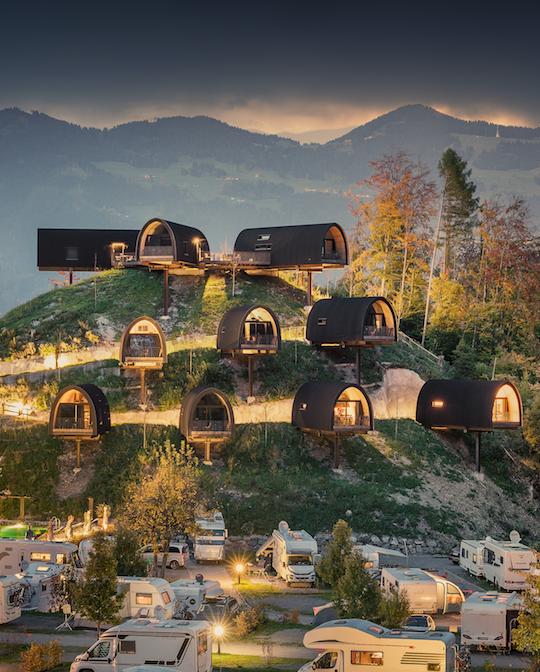 Die Himmelschalets bieten von außen einen fantastischen Anblick und von innen einen großartigen Ausblick. Foto: © Alpencamping Nenzing