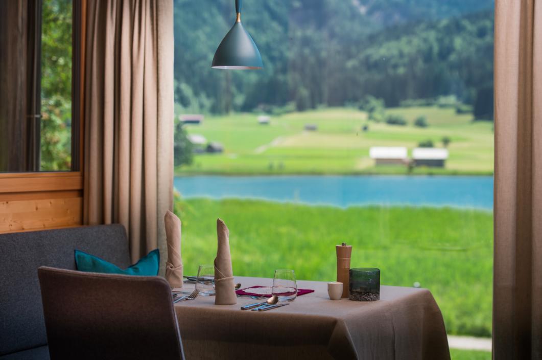 Im Restaurant mit Blick auf den Weißensee serviert man die Kreationen von Haubenkoch Hannes Müller. Fotocredit: © Ferdinand Neumüller