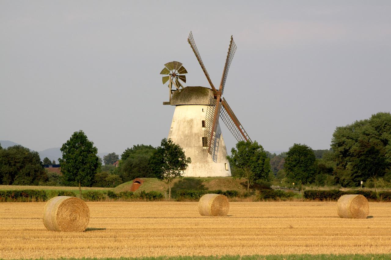 Unterschiedliche Techniken sorgten im Laufe der Jahrhunderte für die Weiterentwicklung der Windmühen. Fotocredit: © J S/Pixabay