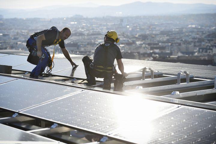 Hoch hinaus am Weg zum Sonnenstrom-Rekord: Ein Großteil der Wiener Solarflächen befindet sich auf den Dächern der City, die so zur Sonnenstadt werden soll. Foto: © Johannes Zinner/Wien Energie