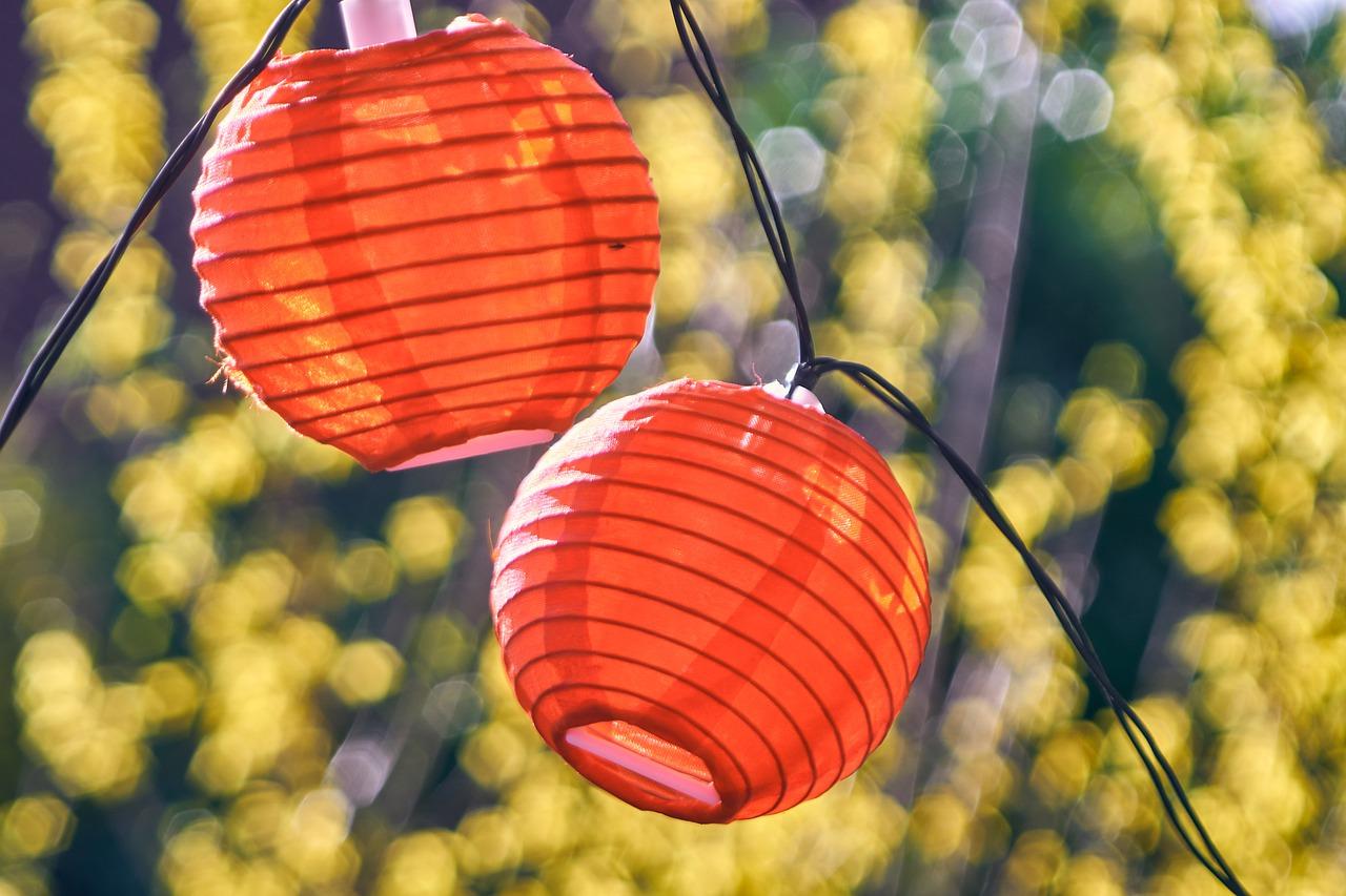 Eine hübsche Gartenbeleuchtung? Das geht auch mit Solarlampen. Foto: © Markus Distelrath/Pixabay