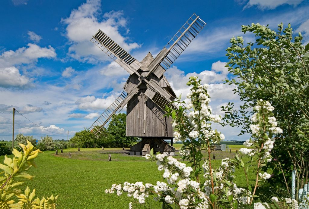 Mit klassischen Windmühlen wurde schon vor Jahrhunderten die Windkraft genutzt, um Getreide zu mahlen oder Wasser zu heben. Fotocredit: © lapping/Pixabay