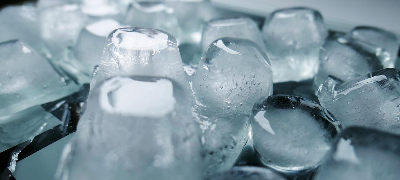 Keine Sommerparty ohne Eiswürfel. Aber bitte nicht aus Plastiksackerl-Formen. Foto: © moritz320/Pixabay