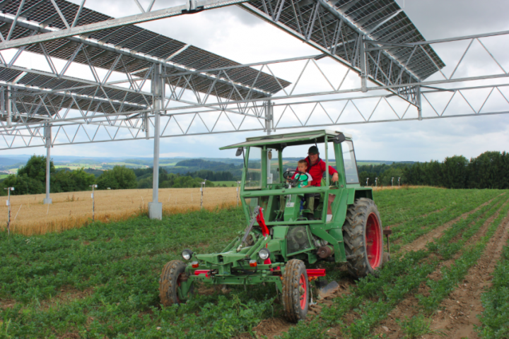 Die Kombination aus Landwirtschaft und Photovoltaik könnte ein Teil der Energiezukunft werden. Fotos: © Hofgemeinschaft Heggelbach