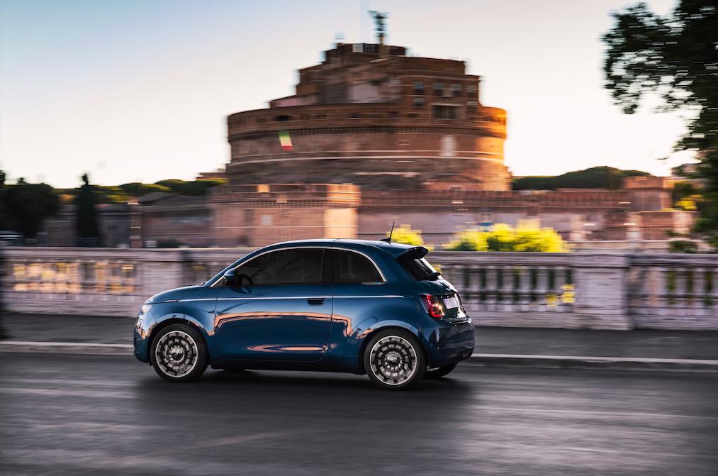 """Der neue Fiat 500 kanalisiert ein """"positives Lebensgefühl und verleiht der elektrischen Mobilität in der Stadt eine neue Dimension"""", so der Hersteller. Foto: © Fiat"""