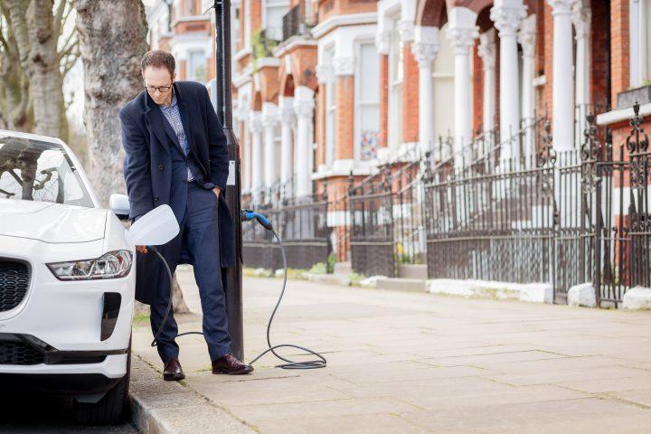 Beitragsbild: Very British! Die Sutherland Avenue ist vollständig mit in Straßenlaternen integrierten Ladesäulen für E-Fahrzeuge umgerüstet! Foto: © Siemens